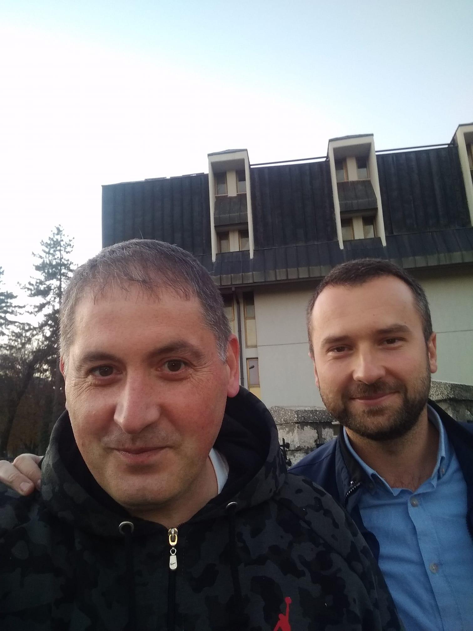 """Denis Martinović i Božidar Proročić ispred Nacionalne biblioteke ,,Đurđe Crnojević."""" na Cetinju."""